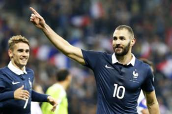 epa04969637 Karim Benzema of France celebrates after scoring a goal during the international friendly soccer match between France and Armenia at Allianz Riviera stadium in Nice, France, 08 October 2015. EPA/SEBASTIEN NOGIER
