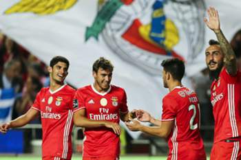 epa05548483 Benfica's Kostas Mitroglou (R) celebrates with his teammates Pizzi (2-R) Gonçalo Guedes (L) and Andre Horta (2-L) after scoring a goal during the Portuguese First League Soccer match between Benfica and Braga at Luz stadium in Lisbon, Portugal, 19 September 2016. EPA/MIGUEL A LOPES