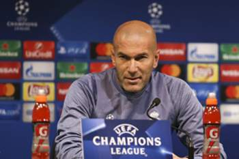 epa05641474 Real Madrid head coach Zinedine Zidane during a press conference in Alvalade stadium, Lisbon, Portugal, 21 November 2016. Real Madrid will face Sporting in a UEFA Champions League Group F soccer match on 22 November. EPA/ANTONIO COTRIM
