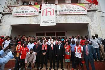 Centenas de adeptos nas ruas de Bissau para acompanhar comitiva do Benfica