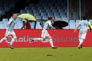 Celta Vigo's defender Hugo Mallo (C) celebrates after scoring a goal during the Spanish Primera Division match between Celta Vigo and Deportivo Coruna held in Vigo, Spain, 23 October 2016.