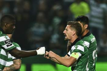 Sporting - Benfica • Sporting\'s midfielder Adrien Silva (2R) celebrates a goal with teammates during the Portuguese league football match Sporting CP vs SL Benfica at the Jose Alvalade stadium in Lisbon on April 22, 2017. / AFP PHOTO / PATRICIA DE MELO MOREIRA • AFP or licensors
