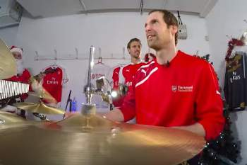Petr Cech, guardião do Arsenal também tem jeito para tocar bateria.