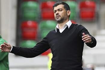 O treinador da equipa do Vitoria de Guimarães, Sérgio Conceição reage durante o jogo da 30ª jornada da Primeira Liga de Futebol contra o Marítimo, disputado no Estádio dos Barreiros, Funchal, 17 de abril de 2016. GREGÓRIO CUNHA/LUSA