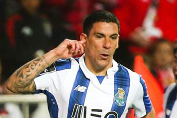 FC Porto's Maxi Pereira (L) celebrates after scoring a goal against Benfica during the Portuguese First League soccer match at Luz Stadium, in Lisbon, Portugal, 1 April 2017. MARIO CRUZ/LUSA