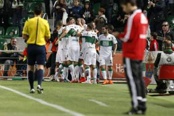 epa04713773 Elche's players celebrate a goal against Real Sociedad during their Spanish Primera Division soccer match played at Martinez Valero stadium in Elche, eastern Spain, 20 April 2015.