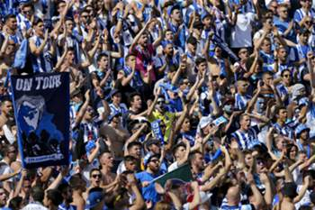 epa05323506 FC Porto supporters cheer during the Portuguese Cup Final match between FC Porto and SC Braga at Jamor Stadium in Oeiras, outskirts of Lisbon, Portugal, 22 of May 2016. EPA/MIGUEL A. LOPES