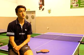 Jogador de ténis de mesa.