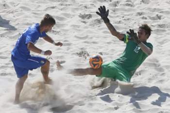 epa04798903 Simone Marinai (L) of Italy fights for the ball with of Elinton Andrade (R) Portugal during their Euro Beach Soccer League game in Moscow, Russia, 14 June 2015.