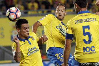 Cristiano Ronaldo tenta rematar à baliza da equipa do Las Palmas.