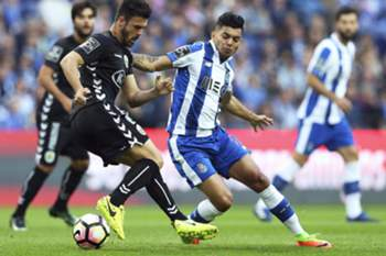 epa05858589 FC Porto's Jesus Corona (R) in action against Bonilha (L) of Setubal during the Portuguese First League soccer match between FC Porto and Vitoria Setubal at Dragao stadium in Porto, Portugal, 19 March 2017.