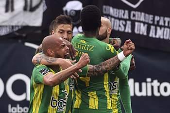 Os jogadores do Tondela celebram um golo contra a Académica de Coimbra durante o jogo da Primeira Liga de Futebol disputado no Estádio João Cardoso, em Tondela, 14 de maio de 2016. PAULO NOVAIS/LUSA