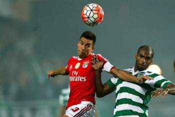 epa04878768 Benfica player Nico Gaitan (C-L) vies for the ball with Naldo (C-R) of Sporting Clube de Portugal during the 'Candido de Oliveira' Supercup match held at Algarve Stadium in Faro, Portugal, 09 August 2015.  EPA/JOSE SENA GOULAO