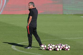 epa05514541 Portuguese national soccer team head coach Fernando Santos during a training session at the Portuguese Soccer City complex, outskirts of Lisbon, Portugal, 29 August 2016, ahead of the upcoming friendly soccer match against Gibraltar on 06 September, and the FIFA 2018 World Cup Qualification match against Switzerland on 08 September.
