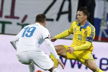 epa05030222 Ukraine's Andriy Yarmolenko (R) in action against Slovenia's Dominic Maroh (L) during the play-off qualification soccer match for UEFA EURO 2016 between Slovenia and Ukraine in Maribor, Slovenia, 17 November 2015.