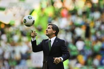 epa05438399 Sporting's President Bruno de Carvalho juggles a ball before the friendly soccer match between Sporting and Olympique Lyon at Alvalade Stadium, in Lisbon, Portugal, 23 July 2016. EPA/MARIO CRUZ