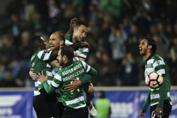 Sporting's Bas Dost (2L) celebrates with his teammates after scoring a goal against Estoril Praia during their Portuguese First League soccer match at Coimbra da Mota Stadium in Estoril, near Lisbon, Portugal, 25 February 2017. MARIO CRUZ/LUSA