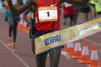 O queniano Julius Kiplimo Maisei venceu hoje, pela segunda vez consecutiva, a Maratona Internacional de Macau com o tempo de 02:14.45 horas, numa prova em que os atletas do Quénia conquistaram os oito primeiros lugares. 7 de Dezembro de 2014, Macau. CARMO CORREIA/LUSA