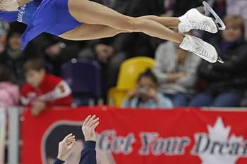 A patinadora artística Vera Bazarova quase voa neste salto mas quando chegar ao chão vai ter o auxílio do seu parceiro Yuri Larionov. O par russo apresentou-se esta sexta-feira no Grande Prémio ISU de patinagem artística que decorre em Moscovo. A Rússia é um país com grande tradição na modalidade.