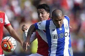 Josué disputa uma bola com Maxi Pereira.