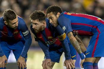 epa05823617 FC Barcelona's Lionel Messi (C), Neymar (R) and Jordi Alba (L) prepare to take a free kick during the Spanish Primera Division soccer match between FC Barcelona and Sporting Gijon played at Camp Nou stadium in Barcelona, Catalonia, Spain, 01 March 2017. EPA/QUIQUE GARCIA