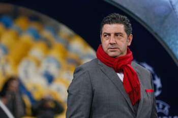 epa05592906 Benfica head coach Rui Vitoria reacts during the UEFA Champions League group B soccer match between Dynamo Kyiv and Benfica Lisbon at the Olimpiyskiy stadium in Kiev, Ukraine, 19 October 2016. EPA/ROMAN PILIPEY