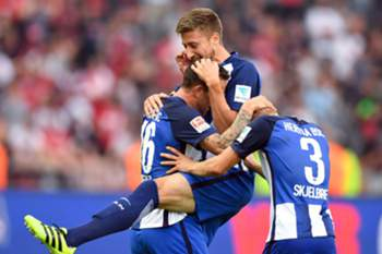 epa05513148 Hertha's Julian Schieber (l-r), Jens Hegeler and Per Skjelbred celebrate the final score 2:1 after the German Bundesliag soccer match between Hertha BSC and SC Freiburg in the Olympiastadion in Berlin, Germany, 28 August 2016. (EMBARGO CONDITIONS - ATTENTION: Due to the accreditation guidlines, the DFL only permits the publication and utilisation of up to 15 pictures per match on the internet and in online media during the match.) EPA/Soeren Stache