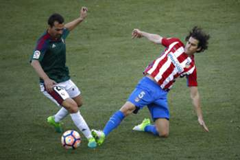 epa05909791 Atletico de Madrid's Portuguese midfielder Tiago Mendes (R) in action against Miguel de las Cuevas (L) of Osasuna during their Spanish Primera Division soccer League match played at the Vicente Calderon stadium in Madrid, Spain, 15 April 2017. EPA/EMILIO NARANJO