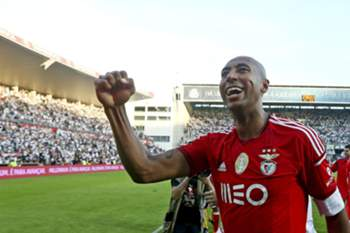 epa04754123 Benfica's Luisao celebrates after their Portuguese First League soccer match against Guimaraes, held at D.Afonso Henriques stadium, Guimaraes, Portugal, 17th May 2015. Benfica clinch their 34th national championship soccer title with one game to spare after a draw with Guimaraes 0-0. EPA/JOSE COELHO
