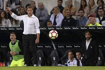 Vitoria de Guimaraes head coach Pedro Martins reacts during the Portuguese First League soccer match against Sporting held at D. Afonso Henriques stadium in Guimaraes, Portugal, 01 October 2016. HUGO DELGADO/LUSA