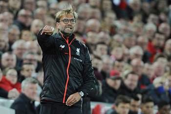 Jurgen Klopp dá indicações durante o jogo em Anfield Road entre Liverpool e Manchester United.