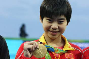 epa05468911 Gold medalists Chen Ruolin and Liu Huixia of China smile with their medals during the medal ceremony for the women's Synchronized 10m Platform Final competition of the Rio 2016 Olympic Games Diving events at the Maria Lenk Aquatics Centre in the Olympic Park in Rio de Janeiro, Brazil, 09 August 2016. EPA/ALEJANDRO ERNESTO