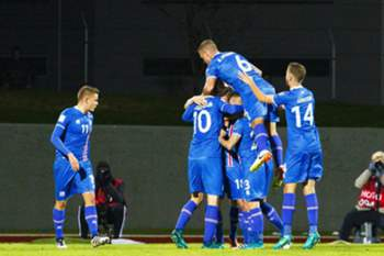 epa05578816 Players of Iceland celebrate their 1-0 lead during the FIFA World Cup 2018 qualifying soccer match between Iceland and Turkey at Laugardalsvollur Stadium in Reykjavik, Iceland, 09 October 2016.