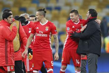 epa05592874 Benfica players with their head coach Rui Vitreacts (R) react after winning the UEFA Champions League group B soccer match between Dynamo Kyiv and Benfica Lisbon at the Olimpiyskiy stadium in Kiev, Ukraine, 19 October 2016. EPA/SERGEY DOLZHENKO