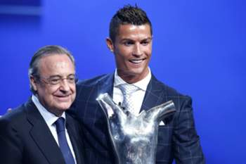 epa05509993 Florentino Perez, Spanish president of Real Madrid (L) and Portuguese player Cristiano Ronaldo of Real Madrid (R) poses with his UEFA's Best Player in Europe 2015/2016 award at Grimaldi Forum, Monte Carlo, Monaco, 25 August 2016. EPA/SEBASTIEN NOGIER