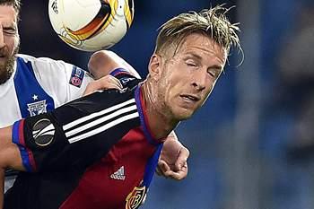 Marc Janko disputa uma bola com Tamas Kadar durante o jogo da Liga Europa entre Basileia e Lech Poznan.
