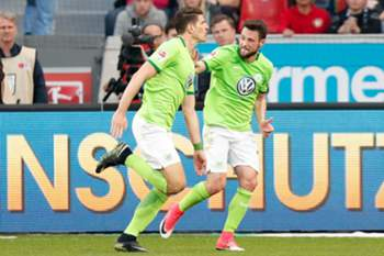 Wolfsburg's Mario Gomez (L) celebrates scoring the 2-2 during the German Bundesliga soccer match between Bayer Leverkusen and VfL Wolfsburg in Leverkusen, Germany, 02 April 2017.