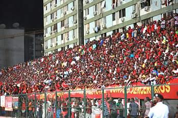 Adeptos durante uma partida de futebol em Angola