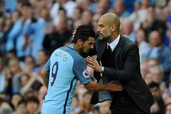 Nolito com Pep Guardiola num jogo do Manchester City.