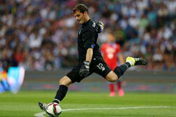 epa04877677 FC Porto's new goalkeaper Iker Casillas during the friendly soccer match with SSC Napoli, on FC Porto presentation game to their supporters, at Dragao Stadium, in Porto, north of Portugal, 08 August 2015. EPA/ESTELA SILVA