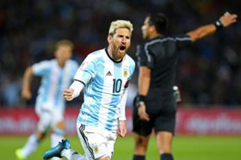 epaselect epa05519395 Argentina's Lionel Messi celebrates after scoring against Uruguay during the FIFA 2018 World Cup qualifying soccer match between Argentina and Uruguay at Malvinas Argentinas stadium in Mendoza, Argentina, 01 September 2016. EPA/Nicolas Aguilera