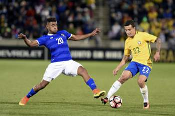 epa05336987 Philippe Coutinho (R) of Brazil battles for the ball against Anibal Godoy (L) of Panama during the second half of the friendly soccer match between Brazil and Panama at the Dick's Sporting Goods Park in Denver, Colorado, USA, 29 May 2016. Brazil will face Ecuador in the opening round of the Copa America Centenario on 04 June, 2016.