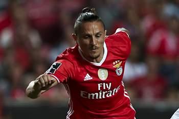 Fejsa disputa a bola com Pedro Santos.