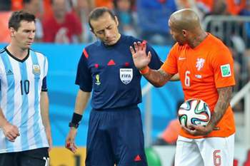 epa04308296 Turkish referee Cuneyt Cakir (C) talks to Argentina's Lionel Mesi (L) and Nigel de Jong of the Netherlands (R) during the FIFA World Cup 2014 semi final match between the Netherlands and Argentina at the Arena Corinthians in Sao Paulo, Brazil, 09 July 2014. (RESTRICTIONS APPLY: Editorial Use Only, not used in association with any commercial entity - Images must not be used in any form of alert service or push service of any kind including via mobile alert services, downloads to mobile devices or MMS messaging - Images must appear as still images and must not emulate match action video footage - No alteration is made to, and no text or image is superimposed over, any published image which: (a) intentionally obscures or removes a sponsor identification image; or (b) adds or overlays the commercial identification of any third party which is not officially associated with the FIFA World Cup) EPA/SRDJAN SUKI EDITORIAL USE ONLY
