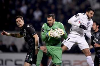 Guimaraes player, Henrique (R), fights for the ball with the goalkeeper Rui Patricio of Sporting CP (C) during the Portuguese first league match held at D.Afonso Henriques Stadium, Guimaraes, Portugal, 29 February 2016.HUGO DELGADO/LUSA