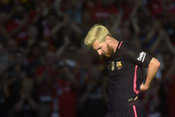 epa05459257 Barcelona's Lionel Messi is substituted during the International Champions Cup match Liverpool v Barcelona at Wembley Stadium in London, Britain, 06 August 2016. EPA/WILL OLIVER