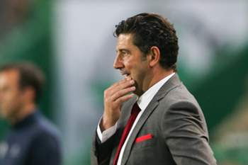 Benfica's head coach Rui Vitória reacts during the Portuguese First League Soccer match against Sporting CP at Alvalade XXI Stadium in Lisbon, Portugal 22 of April 2017. MIGUEL A. LOPES/LUSA