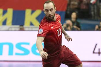 epa05147052 Ricardinho of Portugal in action during the UEFA Futsal European Championships Group A match between Portugal and Serbia in Belgrade, Serbia, 06 February 2016. EPA/SRDJAN SUKI