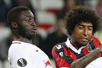 Dayot Upamecano em ação pelo Salzburg num jogo contra o Nice.