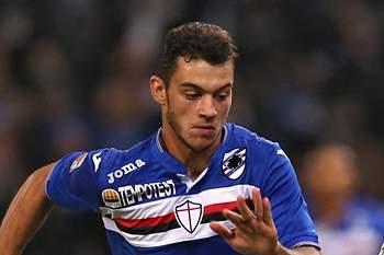 Pedro Pereira ao serviço da Sampdoria disputa um lance com o avançado espanhol Iago Falque da AS Roma.